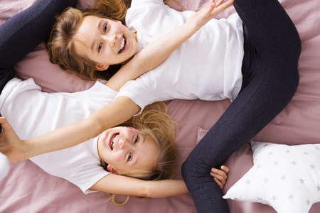 Glücklich, kleine Geschwister spielen zusammen im Bett Standard-Bild - 87171263