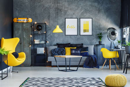 Blaue Decke Im Zeitgenossischen Wohnzimmer Mit Gelbem Kissen Auf