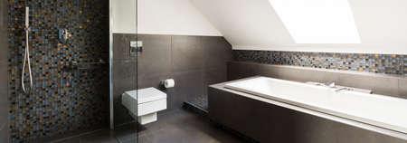 Concreet modern badkamersontwerp met kleine decoratieve tegels Stockfoto