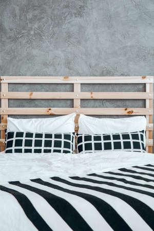 黒と白のストライプ ブランケット クッションとベッドの上のクローズ アップ写真 写真素材