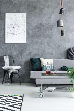 원시 벽으로 창의적인 재주 거실에 손수 만든 전등 수 있습니다. 스톡 콘텐츠