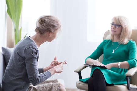 Weiblicher Patient, der über ihre Sorgen mit Therapeuten im Büro, in der Psychotherapie und im Konzept der psychischen Gesundheit spricht