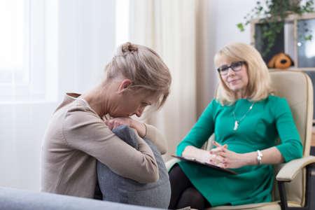 Psycholoog luistert wanhopig naar de vrouw, lijdt aan angst en obsessief-compulsieve stoornis en helpt haar angsten te overwinnen
