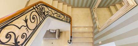 Uitzicht vanaf de eerste verdieping van het huis op een elegante trap