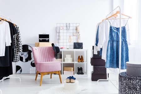 服靴および宝石類の棚の上に明るい楽屋でピンクの椅子。おしゃれなドレッシング ルームのコンセプト