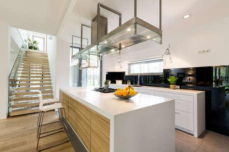 Área de cocina abierta moderna con detalle de madera y metal en la decoración Foto de archivo