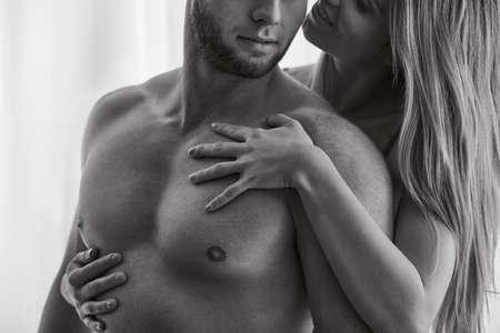 87764970-mujer-atractiva-tocando-cuerpo-desnudo-de-su-novio.jpg?ver=6