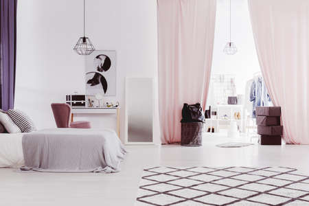 Cortinas rosadas pastel en el dormitorio sofisticado con mesa vestidor y vestidor Foto de archivo - 88037270