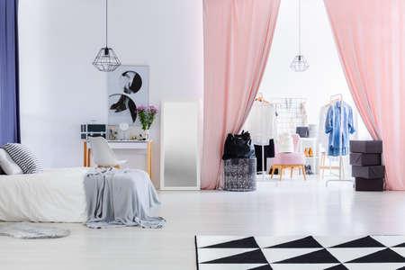 Fluwelen roze gordijnen in multifunctionele dameskamer met kaptafel Stockfoto