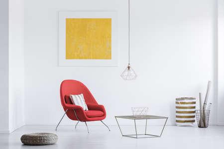 Witte kamer met gele poster en twee manden in de hoek Stockfoto - 89250632