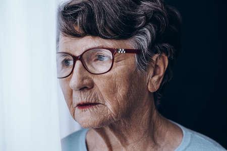 Close-up van het gezicht van trieste oudere vrouw met geheugenproblemen Stockfoto