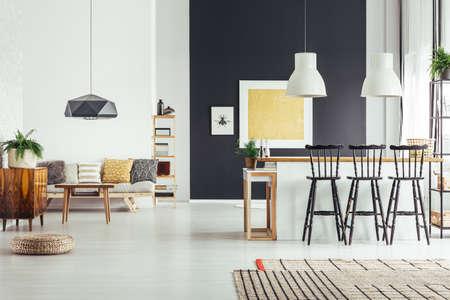 Gemütliches Wohnzimmer im Vintage-Stil mit rustikalen Barhockern und schicker schwarzer Lampe Standard-Bild - 88256156