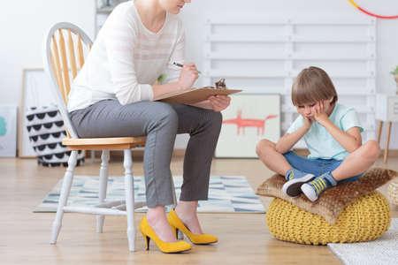 Kinderangst- und -krisekonzept, Psychologe, der mit traurigem kleinem Jungen im Büro spricht Standard-Bild