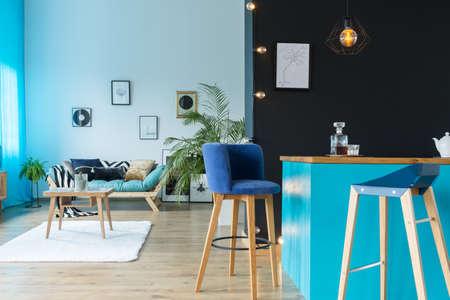 Geräumiges Loft-Design mit Küche verbunden mit Wohnzimmer Standard-Bild - 88394645