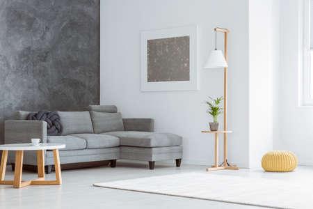 #88820742   Seitenwinkel Des Weißen Unbedeutenden Wohnzimmers Mit Grauen  Akzenten, Malerei, Sofa, Lampe, Skandinavischem Couchtisch Und Fenster