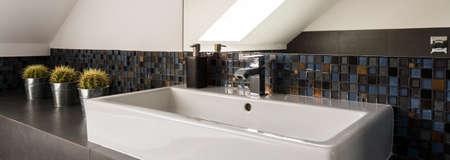 흰색 싱크 및 욕실 벽에 모자이크의 근접 촬영