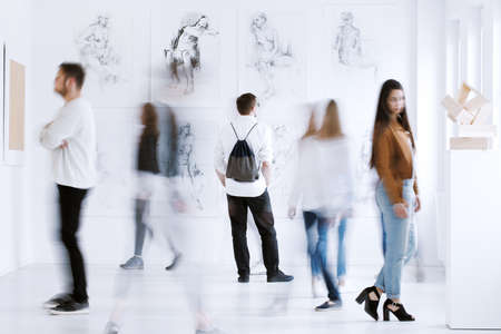 女性の展覧会を表示する美術館が視聴者に行為します。
