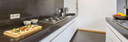 Parte de una cocina con encimera, fregadero y cafetera Foto de archivo - 88820794