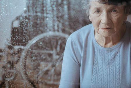 간병인을 기다리는 골다공증으로 노인 여성의 초상화 스톡 콘텐츠