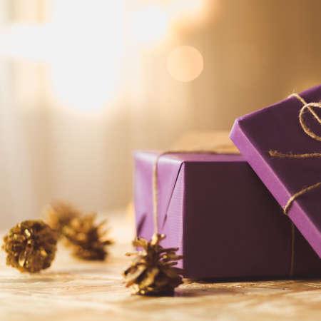 Cadeauverpakking - presenteert in wrapping violet papier Stockfoto