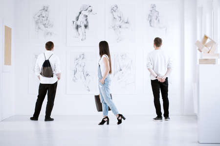 Art gallery visitors marveling at paintings that reveal women nudity Foto de archivo - 97991086