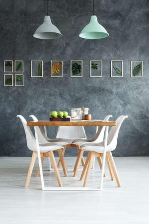 회색 질감 된 벽에 수 제 식물 다 이닝 룸에서 간단한 자연 장식 스타일링 나무 테이블 스톡 콘텐츠