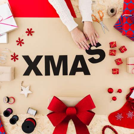 테이블에 검은 종이와 재미있는 크리스마스 단어 빌드