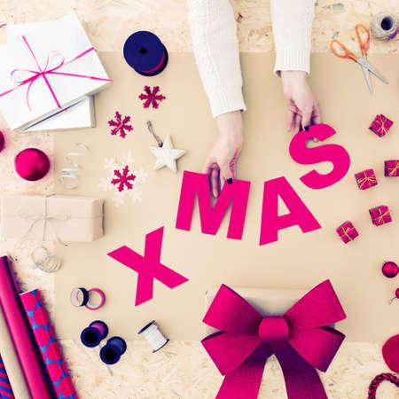 Bild von selbst gemachten bunten Weihnachtsdekorationen, Geschenk zu wickeln