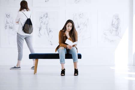 女性ヌードの絵画の新コレクションの美術展
