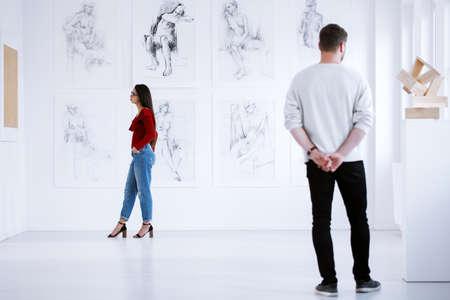 Des étudiants de l'académie des beaux-arts admirent des ?uvres d'art à l'ouverture de l'exposition Banque d'images - 91206127