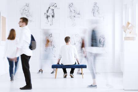 Stijlvolle kunsttentoonstelling open voor bezoekers in een academie voor schone kunsten
