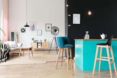 Raffiniertes Loft-Interieur mit angeschlossener Küche und Wohnzimmer Standard-Bild - 89820080