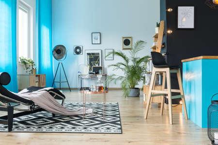 Moderne Möbel in luxuriösem Loft-Interieur im eklektischen Stil Standard-Bild - 89879074
