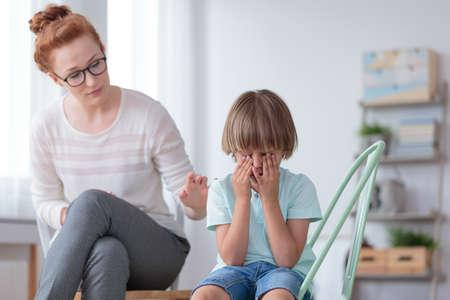 Parenthood et développement de l'enfant, jeune mère inquiète réconfortant petit fils pleurant à la maison
