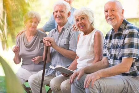 高齢者看護の家のテラスで一緒に過ごす時間を笑顔