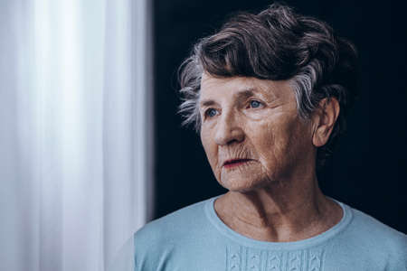 Elderly woman with memory problem spending time in nursing home Stockfoto