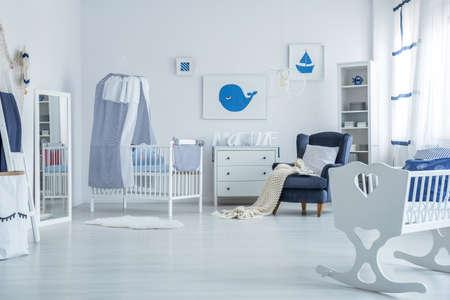 화이트 간단한 유아 방에 서 신생아 아기 캐노피 침대