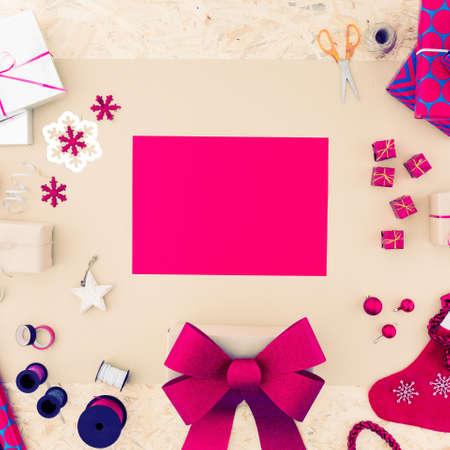 Roze papier en veel roze kerstdecoraties