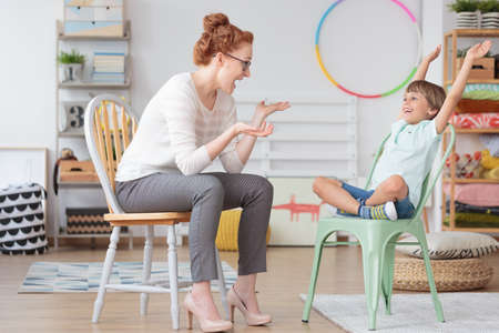 초등 학교 실내에서 치료 세션 동안 ADHD와 어린이 심리학자와 어린 아이 스톡 콘텐츠