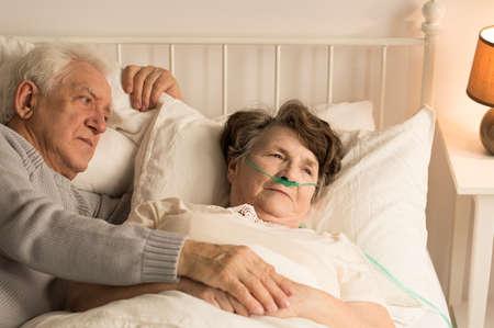 老人と彼の死ぬ妻自宅との関係