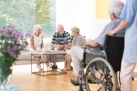 공통 방에서 점심 시간에 소파에 앉아 노인들의 그룹