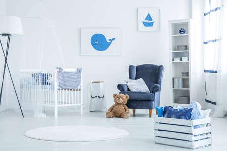 新生児のための海洋の寝室の装飾的なクッションと白いパレット胸 写真素材