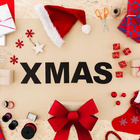 블랙 크리스마스 단어 크리스마스 장식으로 둘러싸인 스톡 콘텐츠