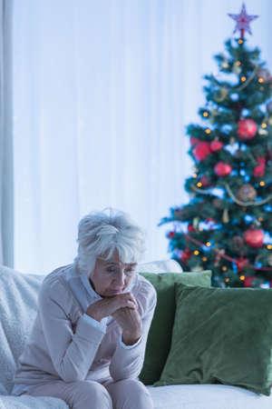 Eenzame Kersttijd van een vrouwelijke senior Stockfoto