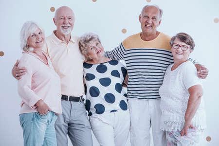 お互いをハグする高齢者の肯定的な関係 写真素材