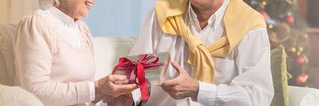 Uomo che dà regalo di Natale a sua moglie Archivio Fotografico - 92488732