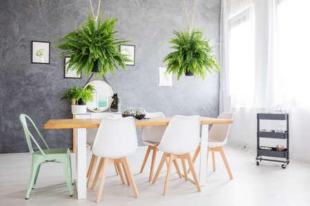 緑の絵画、居心地のよい椅子とダイニング テーブル デイルームで絞首刑を映す鏡