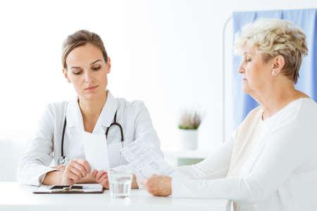 栄養士と患者が栄養相談中の血液検査結果について語る