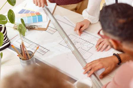 Close-upfoto van mensen die een project maken bij een architecturale studio Stockfoto