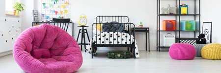カラフルな装飾と金属家具が備わり、ユニセックスキッズルーム 写真素材